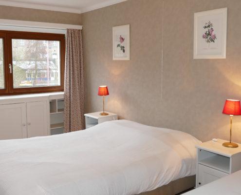 Une chambre avec un lit double au premier étage